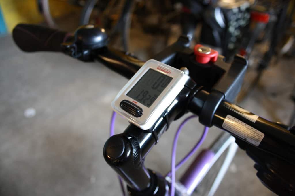 Cateye cykelcomputer monteret