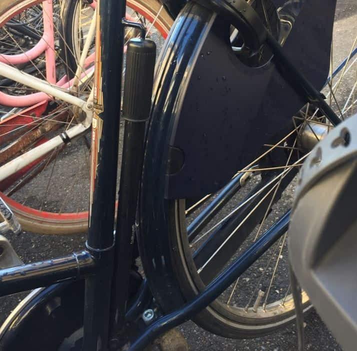 cykelpumpe monteret på stel
