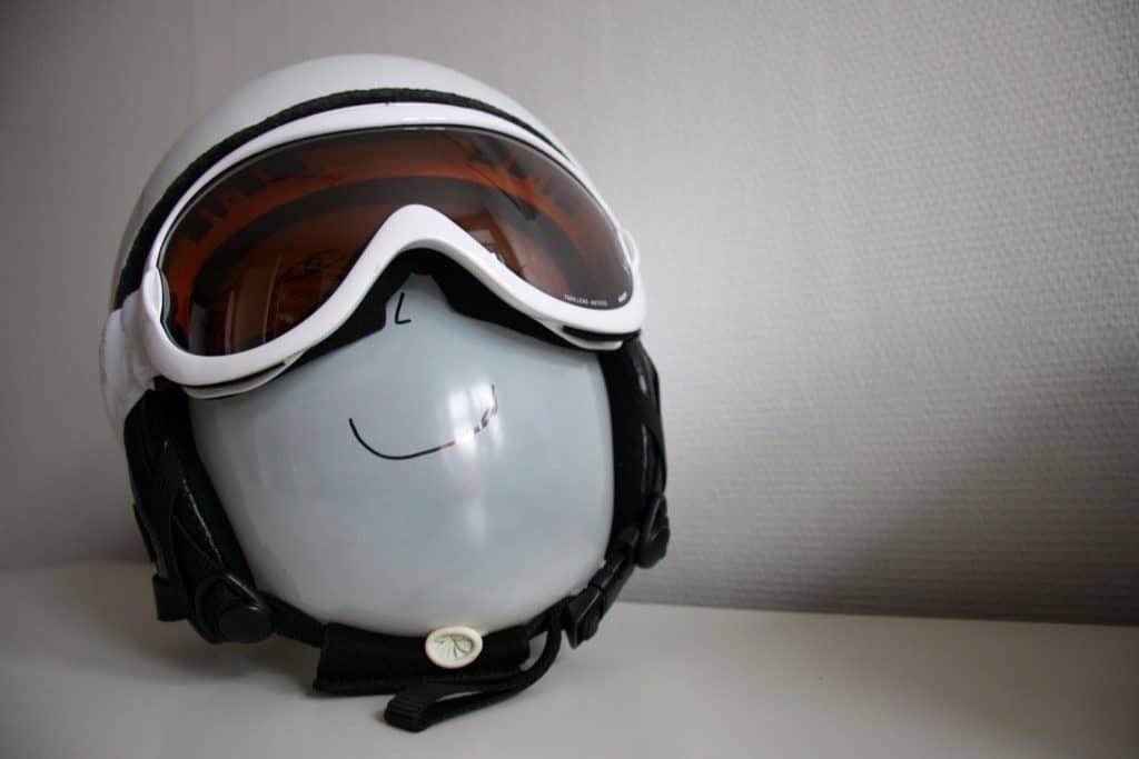 korrekt monteret skihjelm