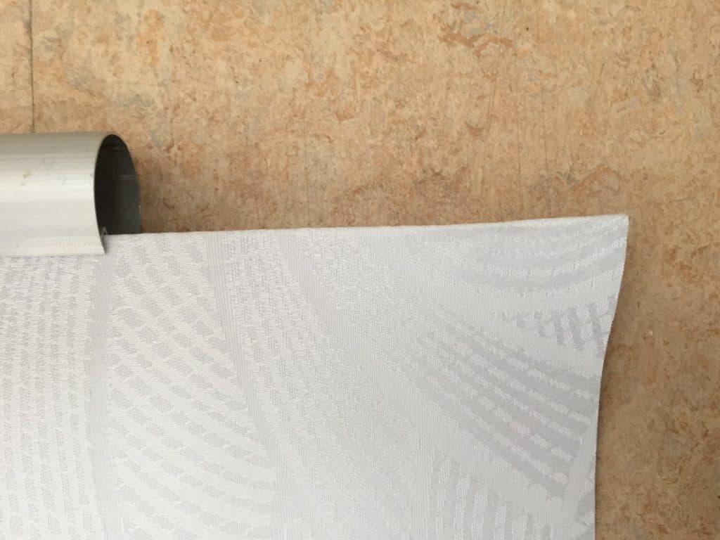 rul gardinet fra stangen