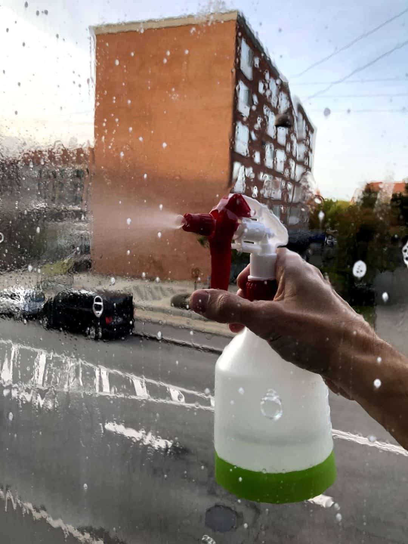 Spray vinduessæbe på ruden