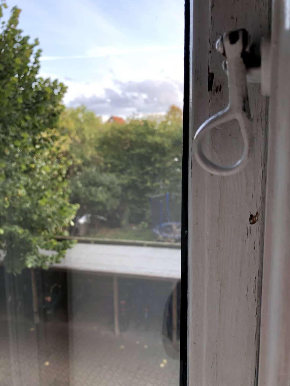 Vindues ved hængsel efter vinduesvask