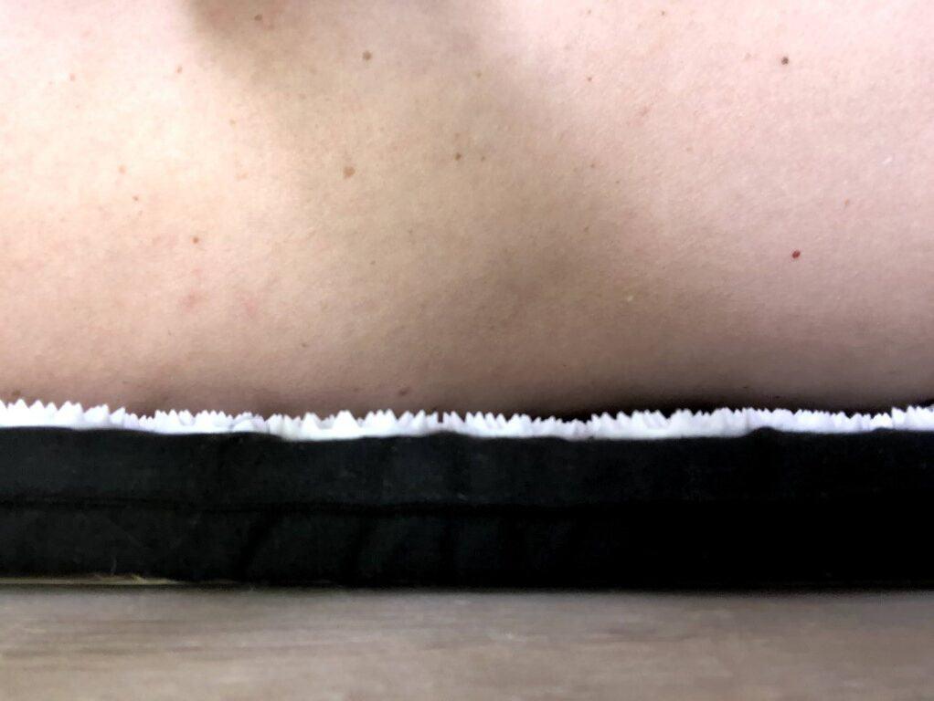 Ligge på ryggen på akupressur måtte